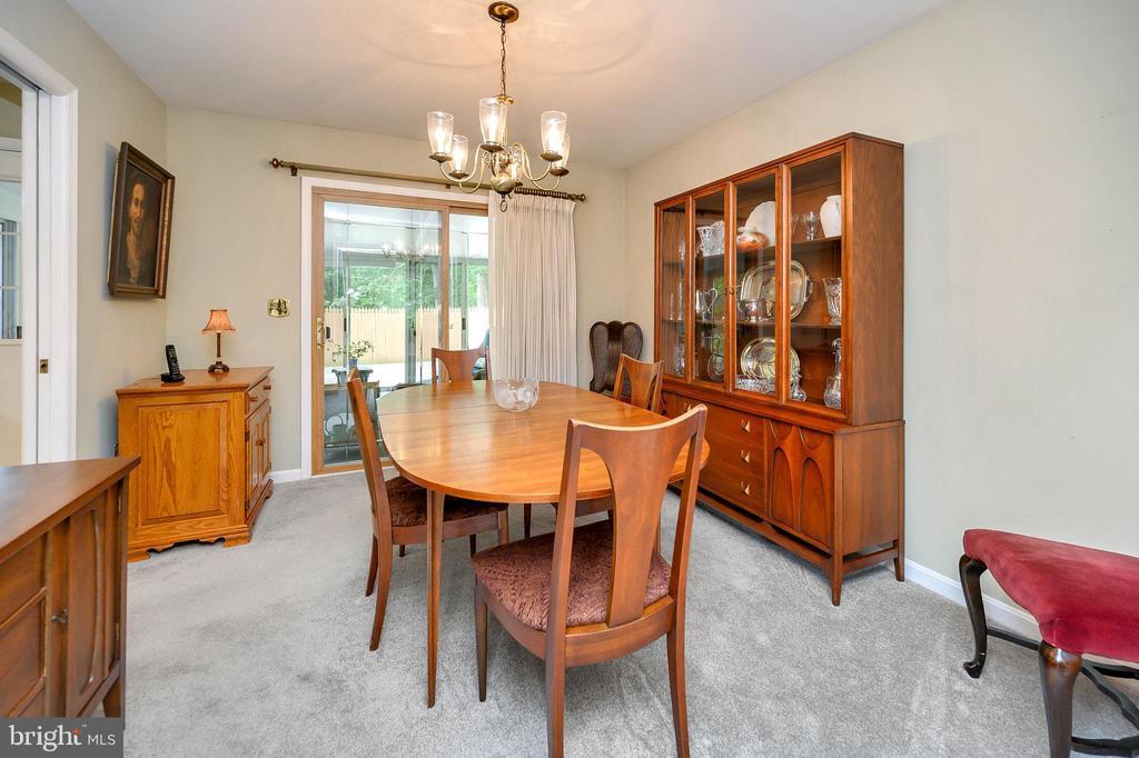 Dining room with sliding door to sunroom - 508 GLENEAGLE DR, FREDERICKSBURG