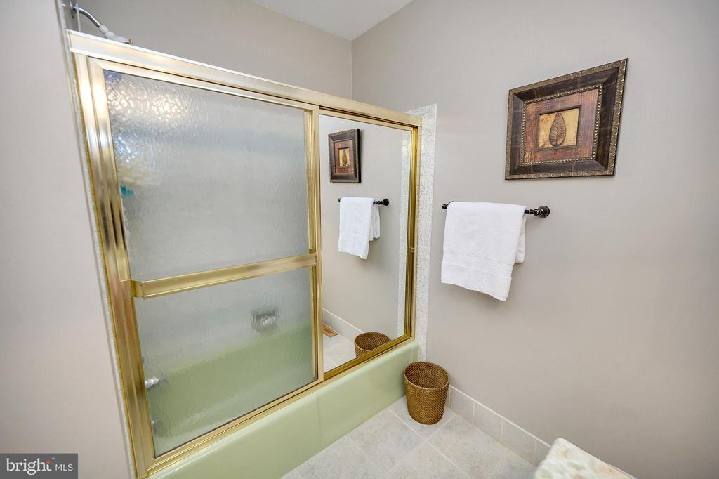 Hall upper level full bathroom - 508 GLENEAGLE DR, FREDERICKSBURG