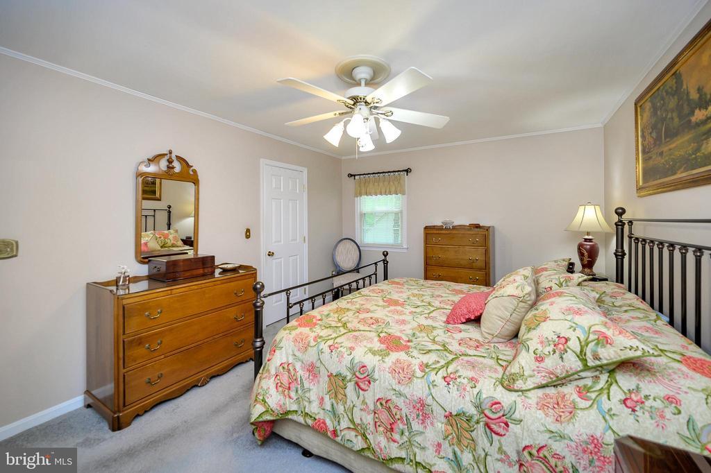 Master bedroom features walk in closet - 508 GLENEAGLE DR, FREDERICKSBURG