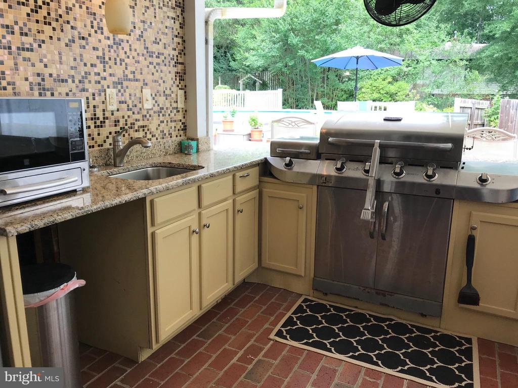 Grill,refrigerator and granite counters - 12 HAMLIN DR, FREDERICKSBURG