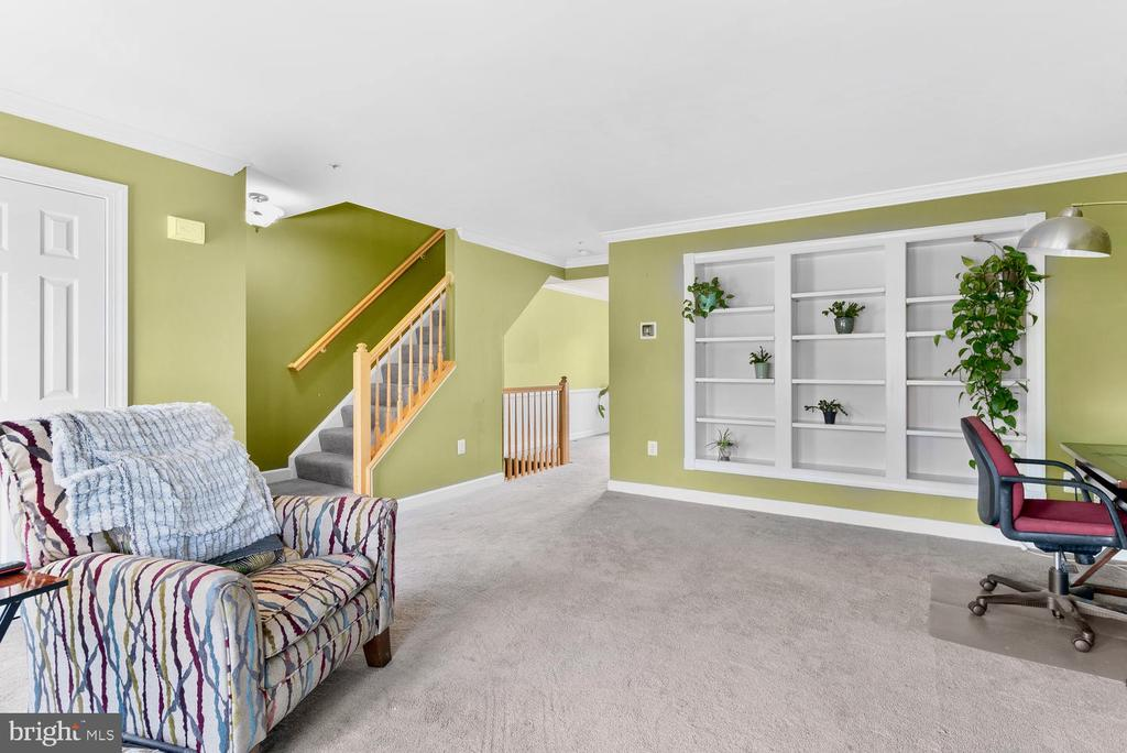 Elegant built in bookshelves - 5307 DUKE CT, FREDERICK