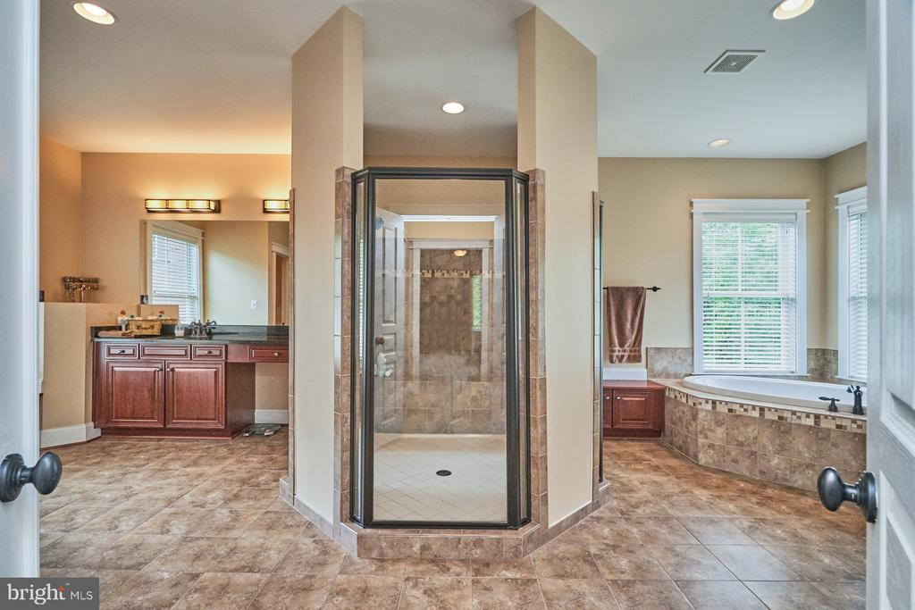 Owners Bath with 2 vanities & Water Closet - 14428 EAGLE ISLAND CT, GAINESVILLE