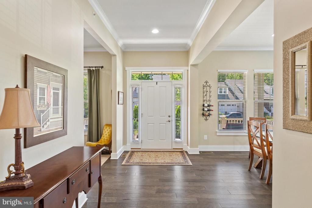 Owners use neutral color walls to offset the trim - 17076 SILVER ARROW DR, DUMFRIES
