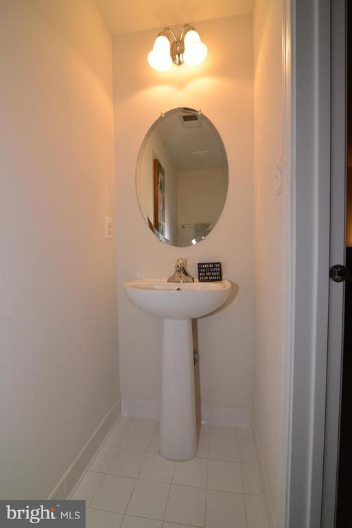 Main level Powder Room - 43275 MITCHAM SQ, ASHBURN