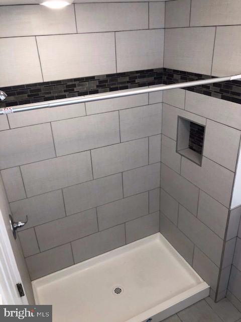 1st Floor Bath Shower - 31 VICTORIA SQ, FREDERICK