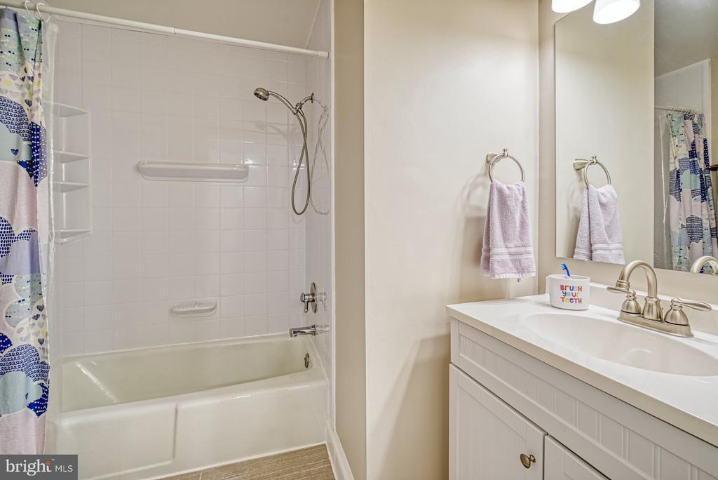 Updated hall bathroom - 9631 BOYETT CT, FAIRFAX