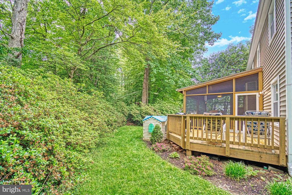 Private back yard with wooded views and azaleas - 9631 BOYETT CT, FAIRFAX