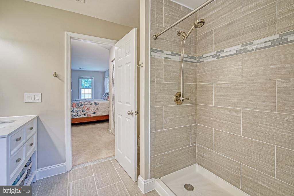 Beautiful tile and vanities - 9631 BOYETT CT, FAIRFAX