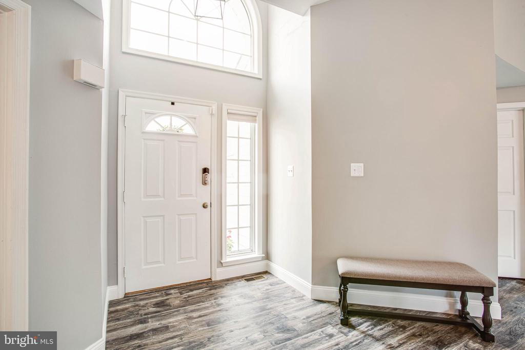 Open and bright... keyless entry - 7459 CROSS GATE LN, ALEXANDRIA