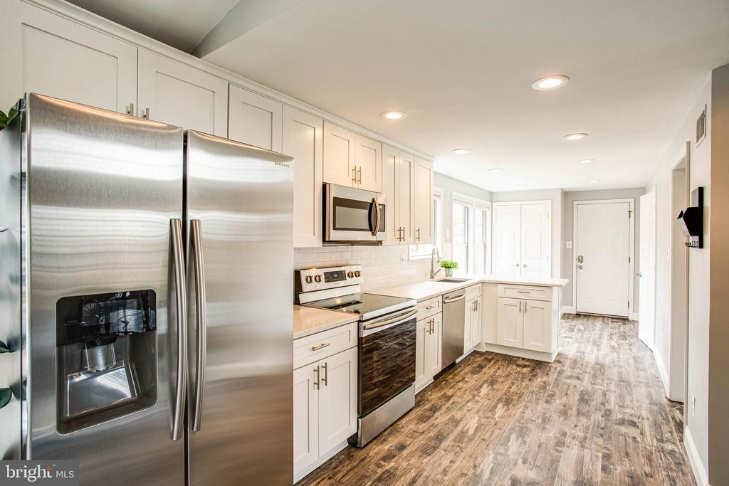 New appliances and lighting throughout. - 7459 CROSS GATE LN, ALEXANDRIA
