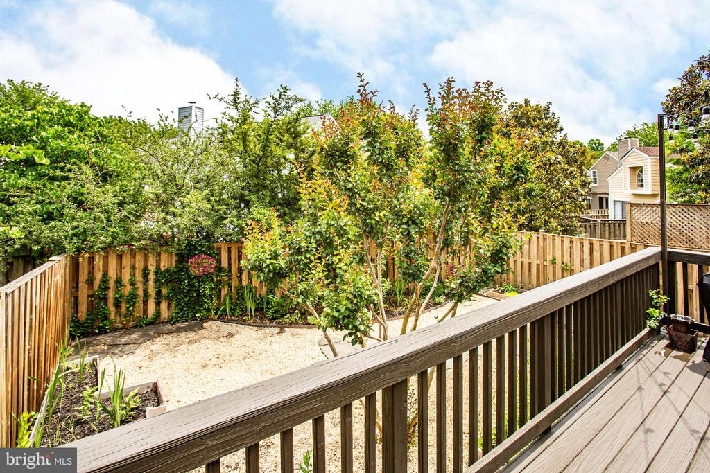 Fenced and private, low maintenance landscaping. - 7459 CROSS GATE LN, ALEXANDRIA