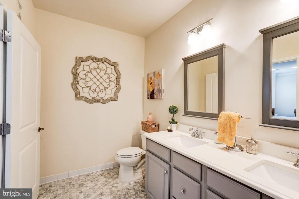 Travertine marble flooring in master bath - 23631 HAVELOCK WALK TER #420, ASHBURN
