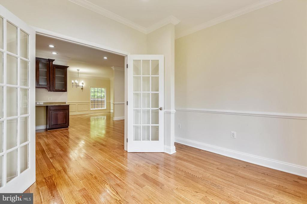 Main level study with wet bar convenient - 3114 N PERSHING DR, ARLINGTON