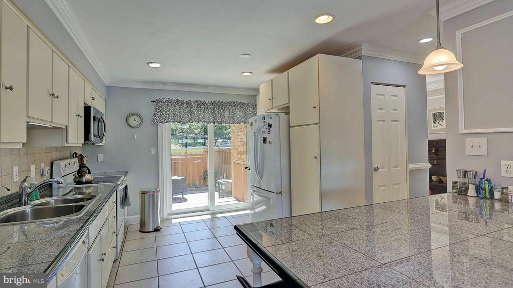 Kitchen with slider to fenced front patio - 11210 LAGOON LN, RESTON