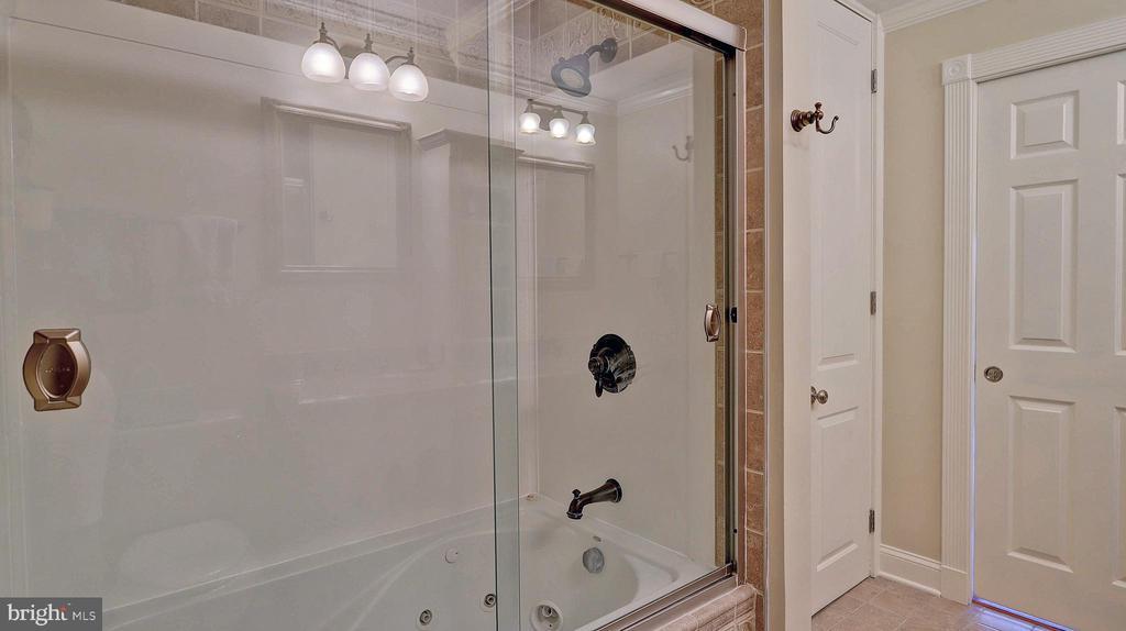 Master shower with Jacuzzi tub - 11210 LAGOON LN, RESTON