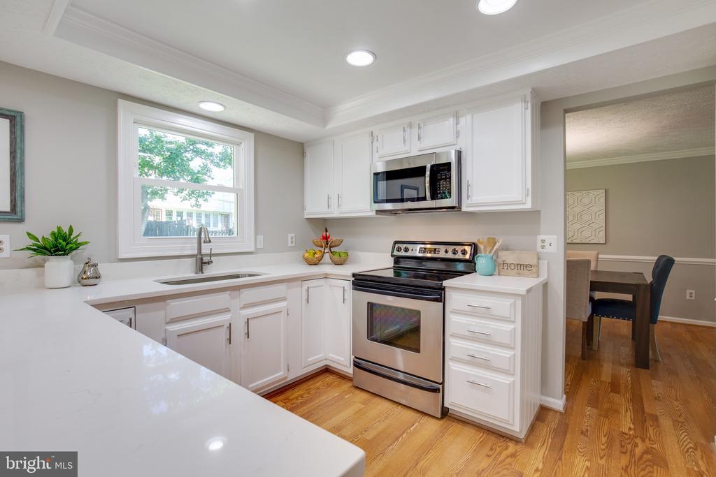 Kitchen has Quartz Countertops - 15153 HOLLEYSIDE DR, DUMFRIES