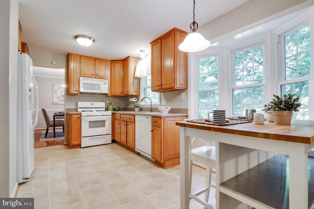 Beautiful bay window and updated fixtures - 14422 WILLIAM CARR LN, CENTREVILLE