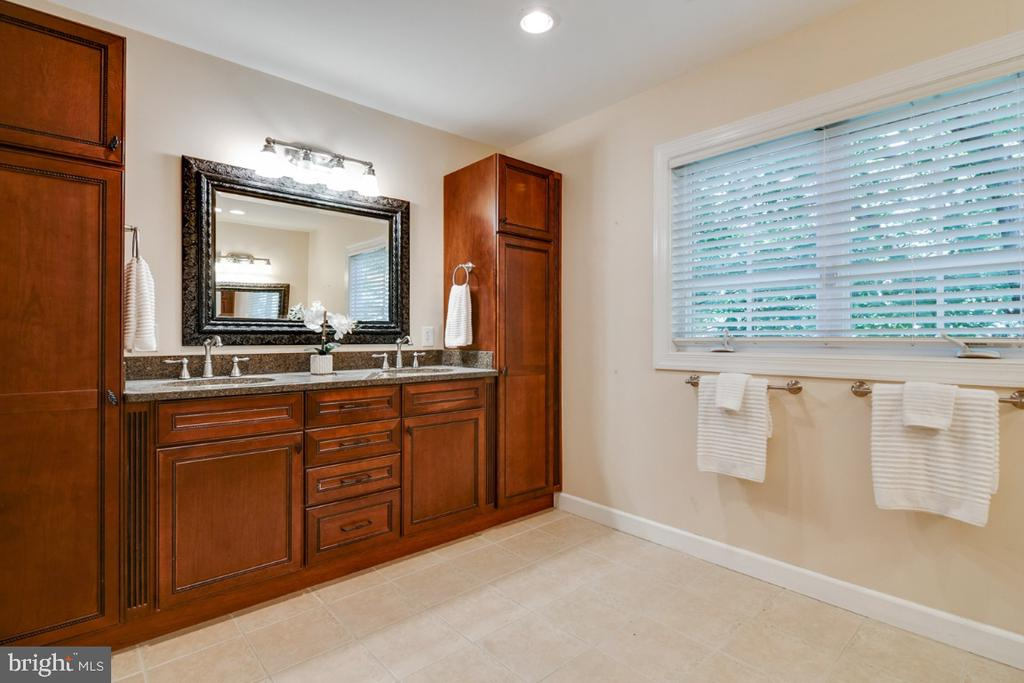 Dual sink vanity with double storage - 14422 WILLIAM CARR LN, CENTREVILLE