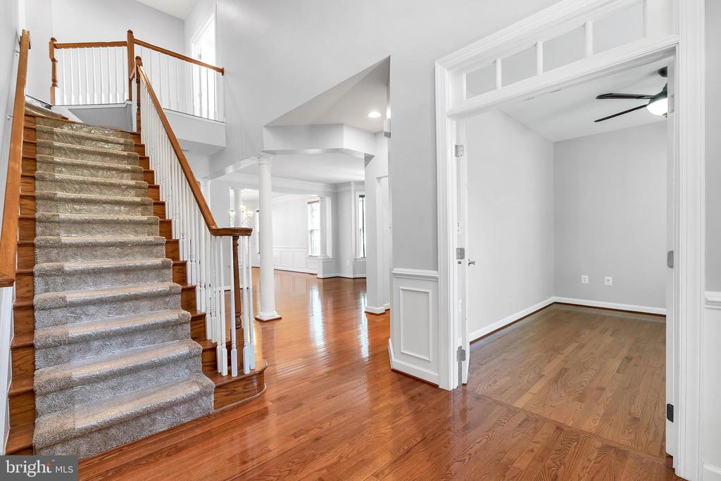 2 story foyer - 42636 EMPEROR DR, BRAMBLETON