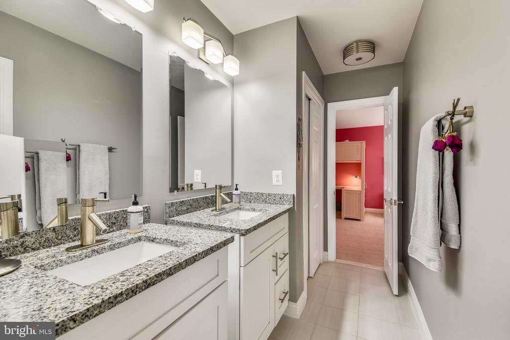 Jack & Jill Bath: separate vanities & bath areas - 11329 STONEHOUSE PL, POTOMAC FALLS