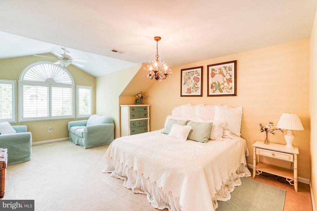 Large Master Bedroom with  Sitting Area - 1308 PAVILION CLUB WAY, RESTON