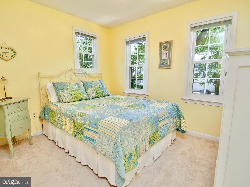 Light-filled secondary bedroom number 2 - 6218 GENTLE LN, ALEXANDRIA