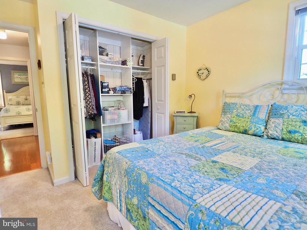 Large secondary bedroom number 2 w/custom closet - 6218 GENTLE LN, ALEXANDRIA