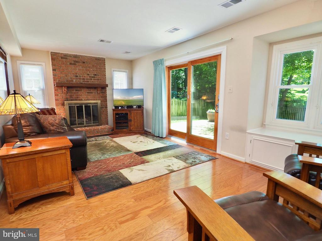 Family room with tons of light and space - 6218 GENTLE LN, ALEXANDRIA