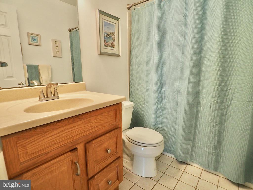 Hallway full bath on upper level - 6218 GENTLE LN, ALEXANDRIA