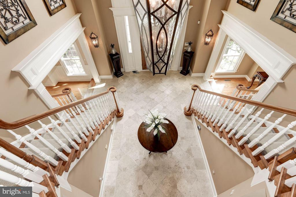 Upgraded travertine floor, double curved staircase - 11594 CEDAR CHASE RD, HERNDON