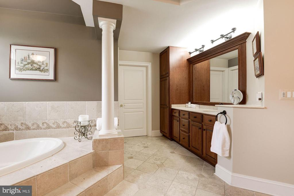 jetted tub and his and hers vanities. - 11594 CEDAR CHASE RD, HERNDON