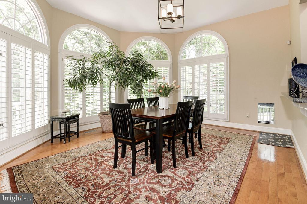 Bright morning room for am coffee & casual dining. - 11594 CEDAR CHASE RD, HERNDON