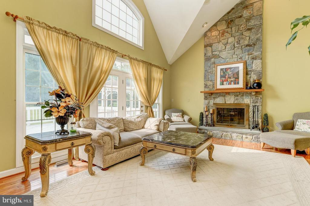 Amazing 2 story Family Room with stone fireplace - 13701 MOUNT PROSPECT DR, ROCKVILLE