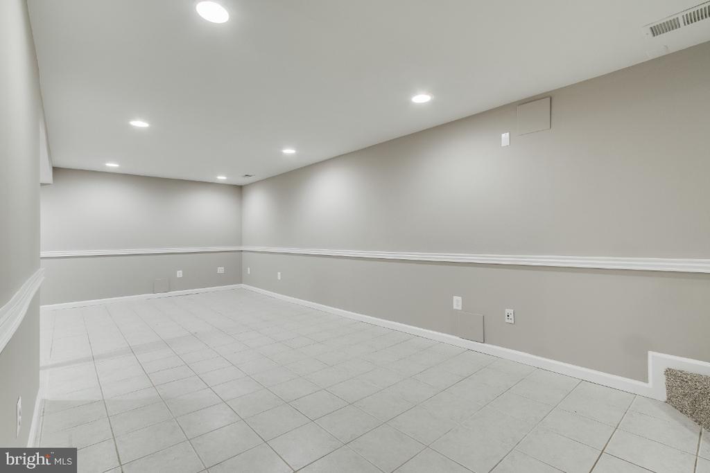 Large finished basement - 9304 SHARI DR, FAIRFAX