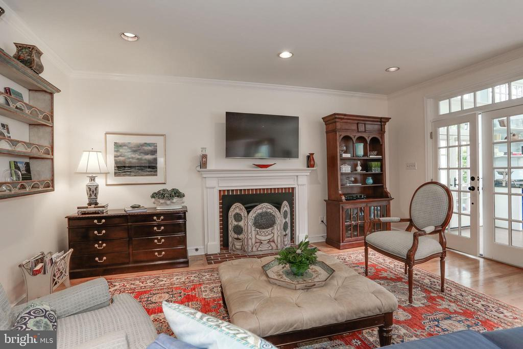 Family Room with Gas Fireplace - 4629 35TH ST N, ARLINGTON