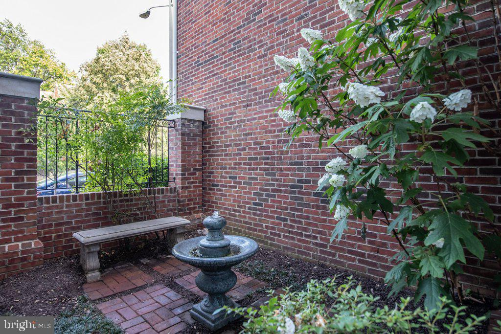 Enter into the private courtyard - 405 S HENRY ST, ALEXANDRIA