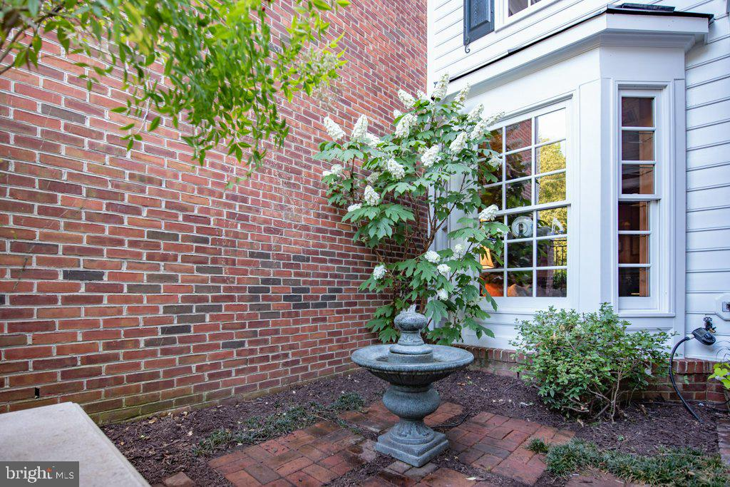 Ideal for relaxing or entertaining - 405 S HENRY ST, ALEXANDRIA