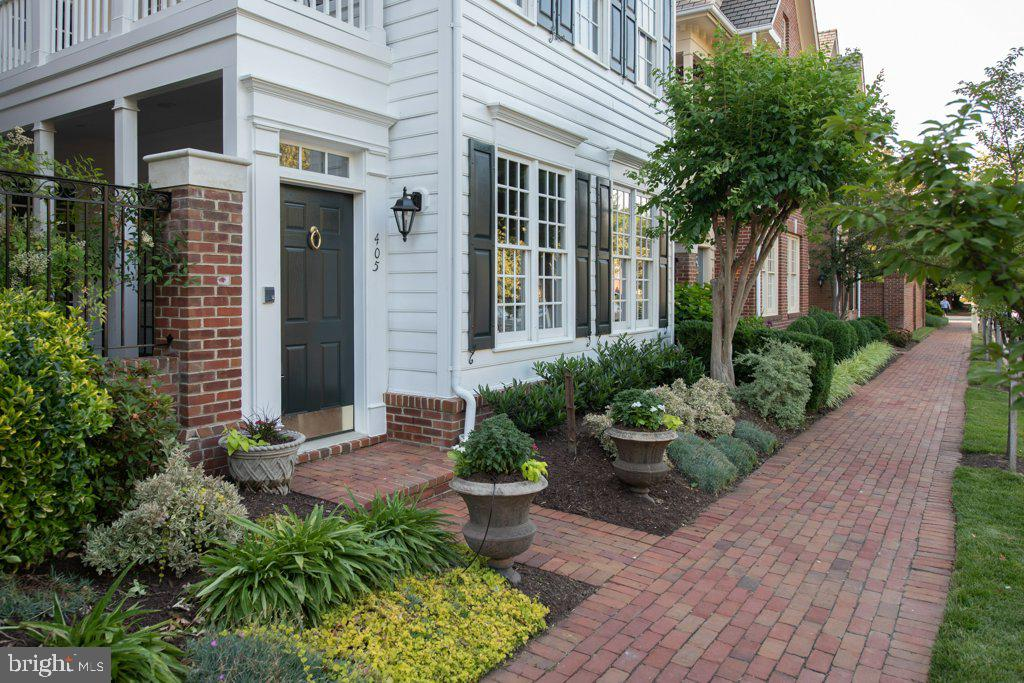 Beautiful two-level home filled with natural light - 405 S HENRY ST, ALEXANDRIA