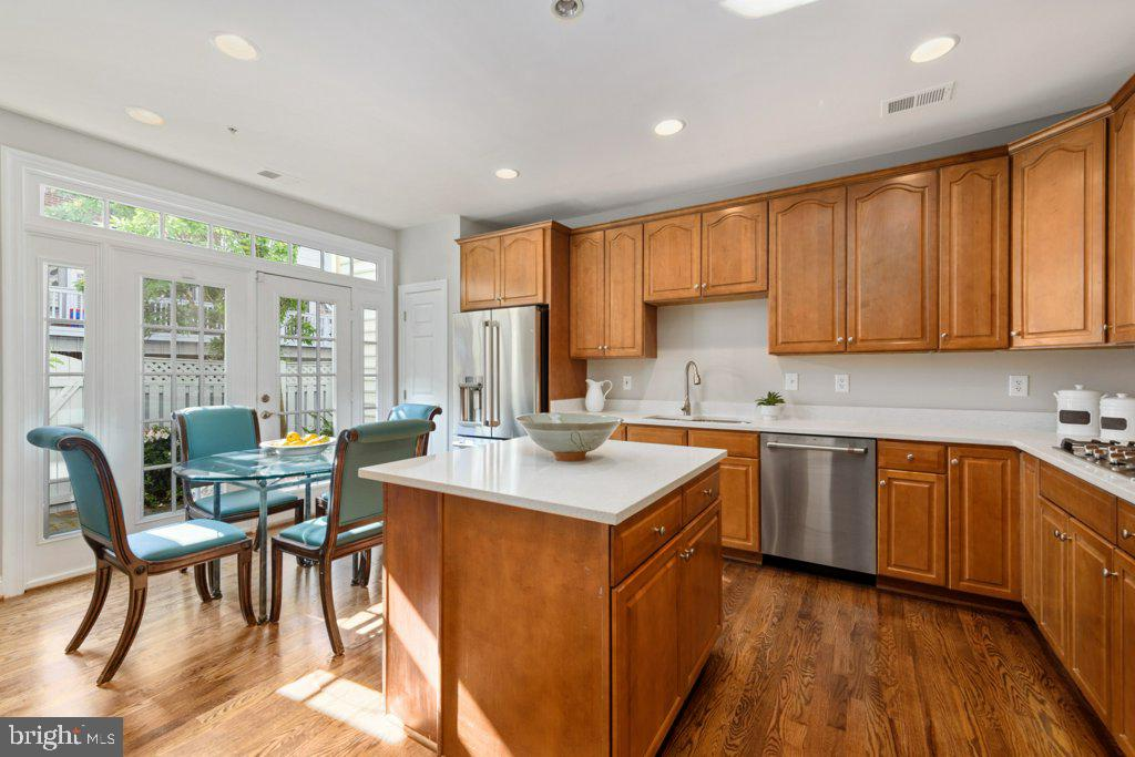 Bright and sunny eat-in kitchen w/cherry cabinets - 405 S HENRY ST, ALEXANDRIA