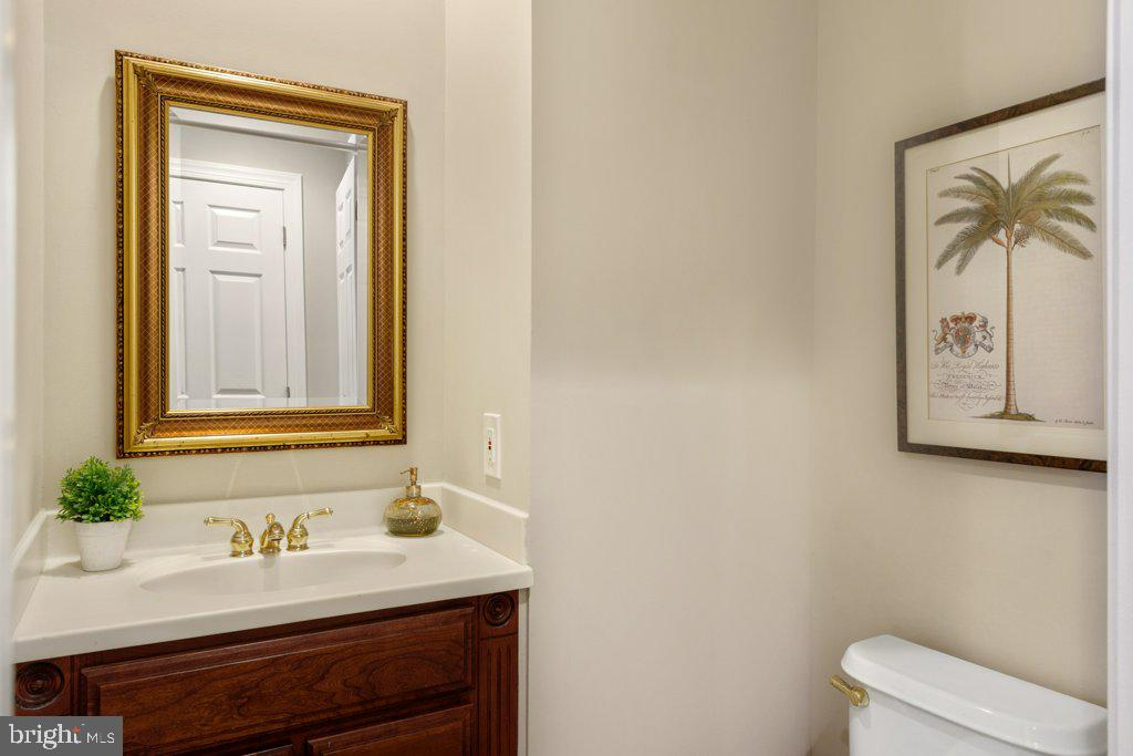 First level powder room with hardwood floors - 405 S HENRY ST, ALEXANDRIA
