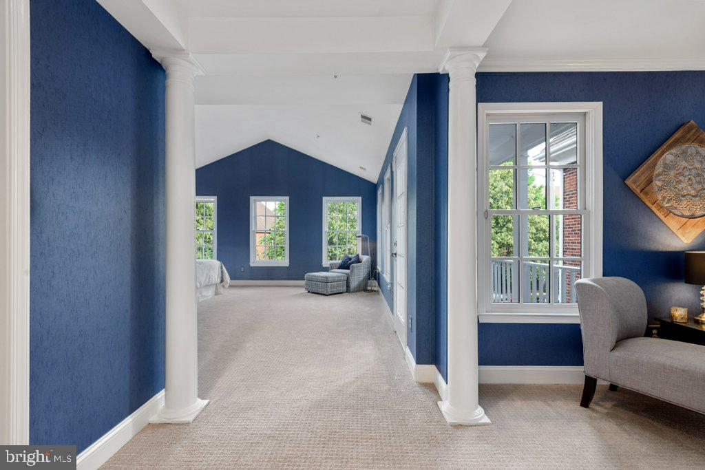 Now let's check out the rest of the suite - 405 S HENRY ST, ALEXANDRIA