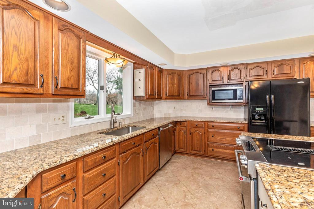 So much cabinet and counter space! - 7799 COBLENTZ RD, MIDDLETOWN