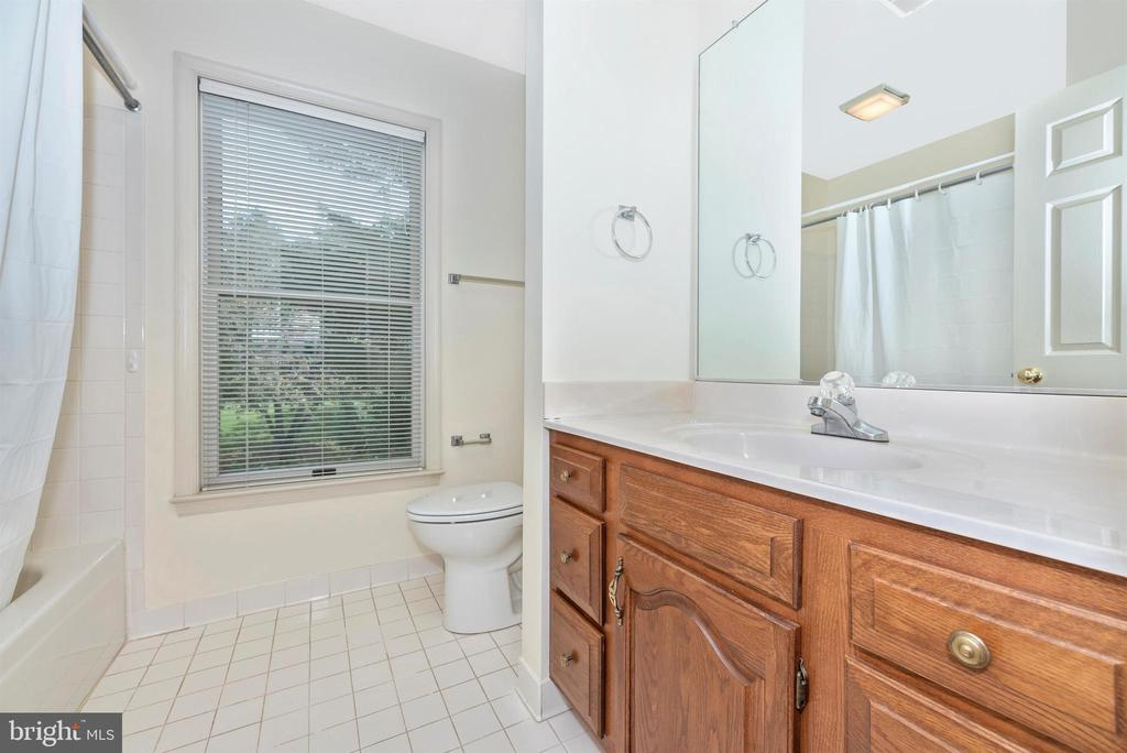 Hall bath. - 7799 COBLENTZ RD, MIDDLETOWN