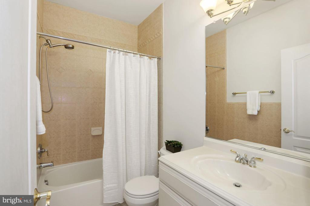 Each bedroom has its own en-suite - 11418 WAPLES MILL RD, OAKTON