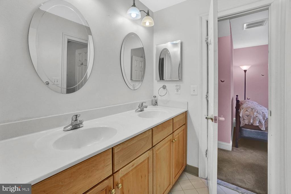 Jack and Jill Bathroom - 3725 BIG WOODS RD, IJAMSVILLE