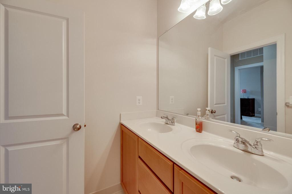 Upstairs Full Bath - 20417 SAVIN HILL DR, ASHBURN
