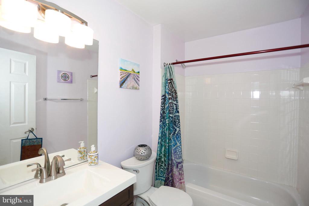 Main level hall bathroom with a full tub/shower - 415 RIDGEPOINT PL #32, GAITHERSBURG
