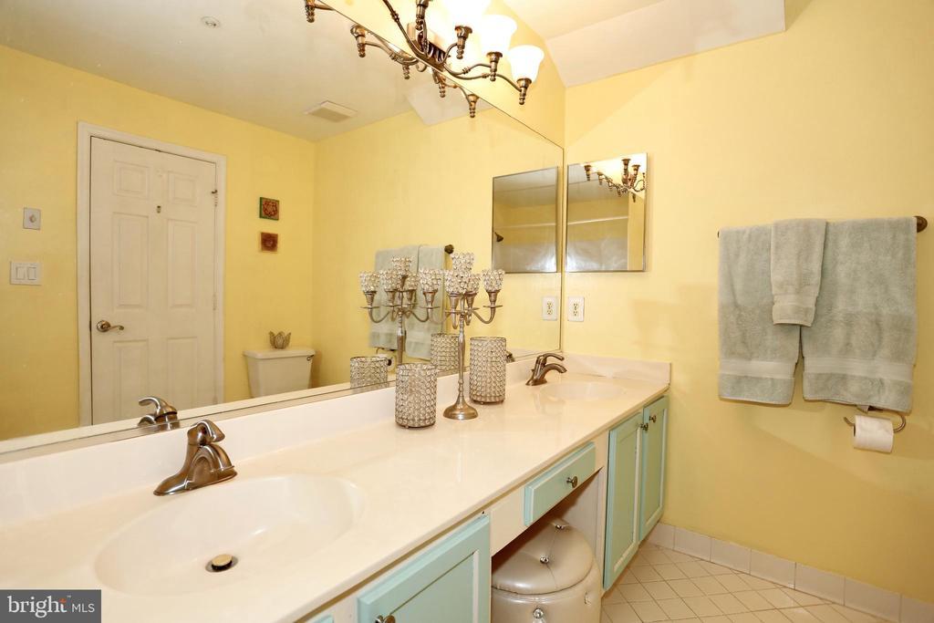 Master bath with double sinks - 415 RIDGEPOINT PL #32, GAITHERSBURG