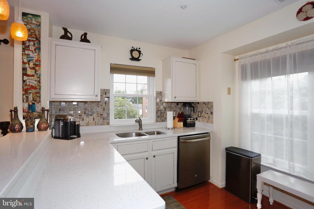 Kitchen with several windows - 415 RIDGEPOINT PL #32, GAITHERSBURG