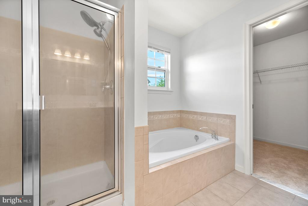 Separate shower and soaking tub - 41 TOWN CENTER DR, LOVETTSVILLE
